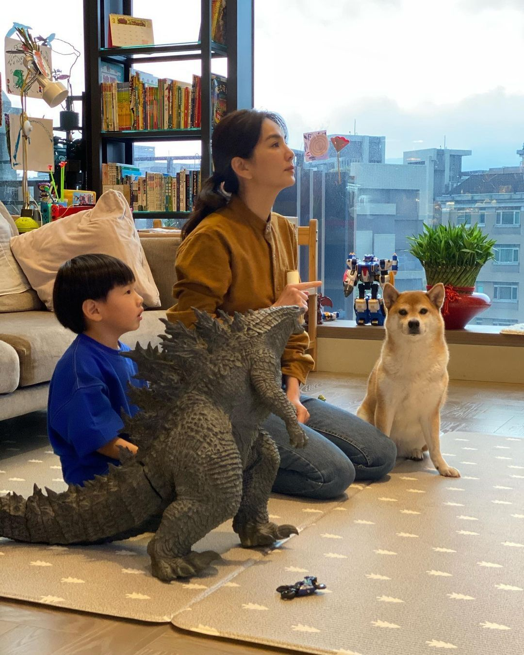 Ella與臉圓兒子看電視狗狗搶鏡,豪宅窗外景觀像城中村接地氣
