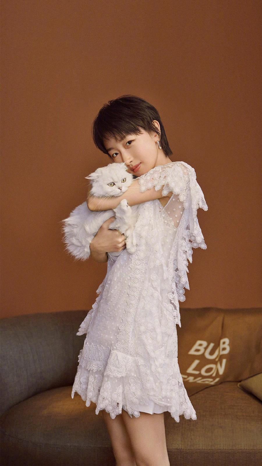 真佩服周冬雨,穿1万8的白裙比原版超模还可爱,怀抱猫咪更甜了