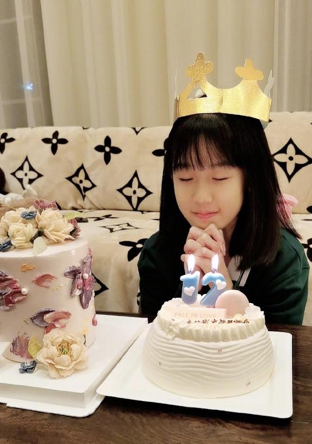 陸毅為12歲女兒慶生,貝兒蛋糕前許願,恬靜美好高顏值堪比校花