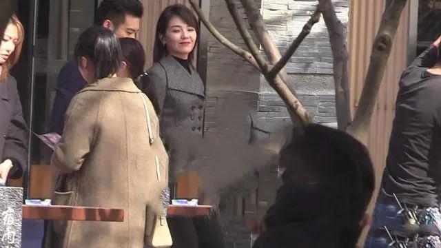 刘涛确实长得漂亮,生图脸本来挺自然,磨皮严重反而变形了