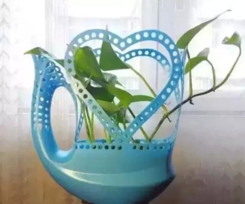 洗衣液桶别扔,画条线剪2刀,秒变漂亮花 家务妙招 第1张