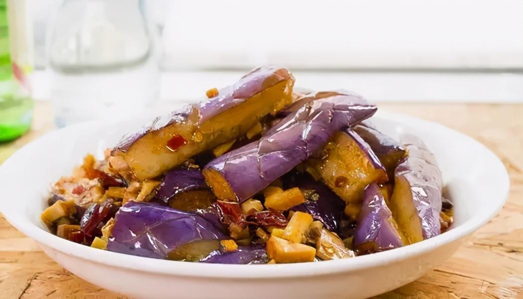 炒茄子,先放油就错了,大厨教你炒茄子不吸油的做法,好吃又解馋 美食做法 第1张