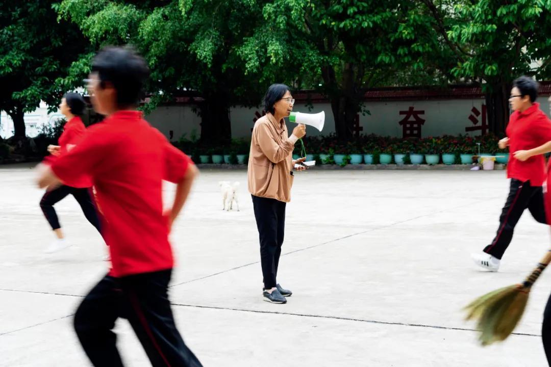 靠唱红歌、苦学,她让1800多名穷女孩考上大学,张桂梅的神话能复制吗?