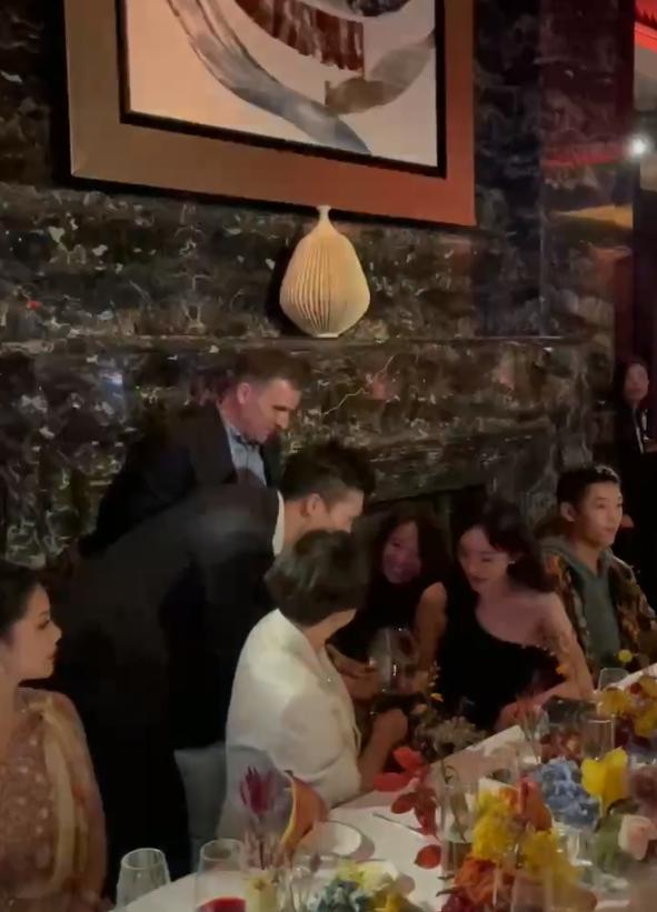 35岁杨幂出席晚宴被拍,坐总裁旁边排面十足,不少人前来敬酒搭讪