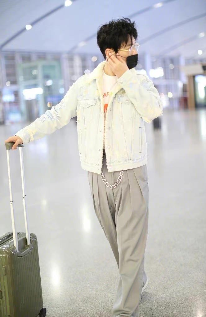黄晓明走机场颜值狂飙!变清新少年不敢认,留胡渣帅成大男孩