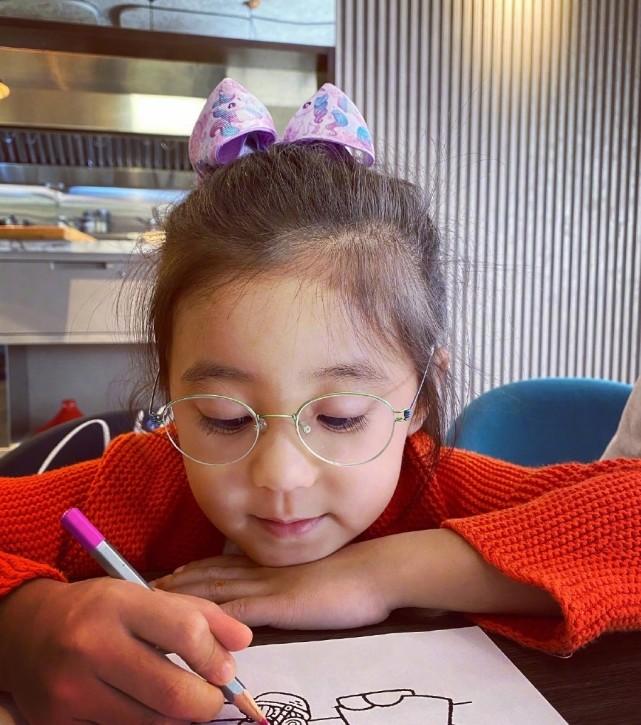 賈靜雯曬女兒近照,咘咘變化大,弱視戴眼鏡依然超萌超可愛