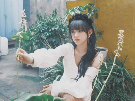 名门泽佳:程潇穿露肩裙亮相节目 搭黑丝绒玫瑰发带效果优雅贵气