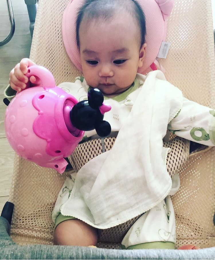 楊怡曬女兒近況,9個月小珍珠努力學爬,胡杏兒都忍不住拍手稱讚