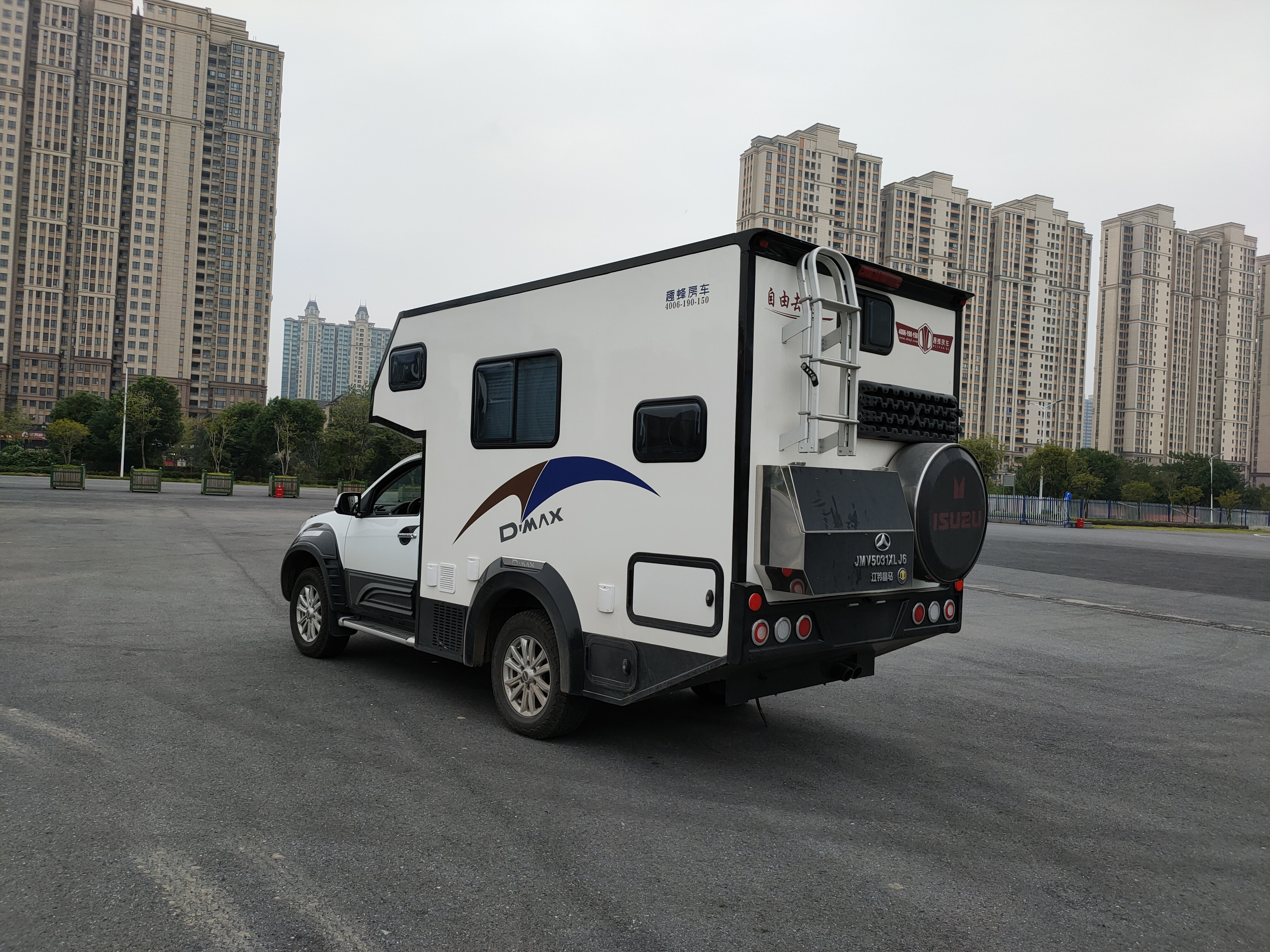 搭配48V电路又兼具野性硬汉风,趣蜂五十铃D-MAX皮卡房车