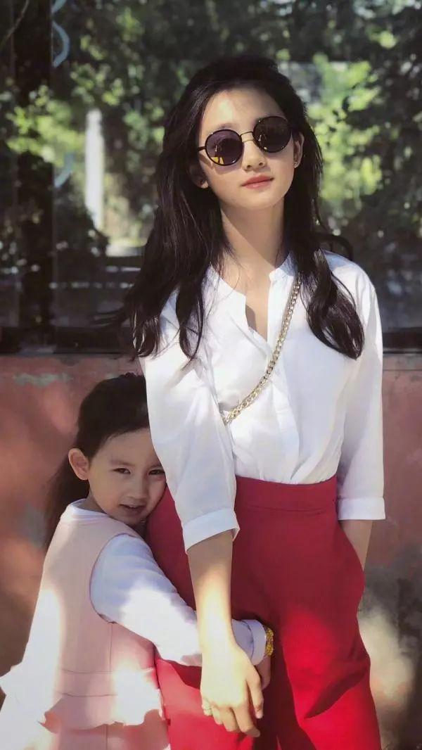 黄磊女儿多多化妆有点显老,穿白色衬衣配牛仔裤,幸好气质还在线