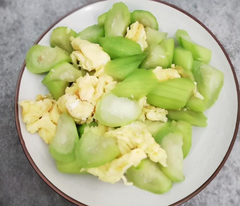 刚知道,炒丝瓜时先放油是错的!大厨教你一招,丝瓜鲜嫩不发黑 美食做法 第2张