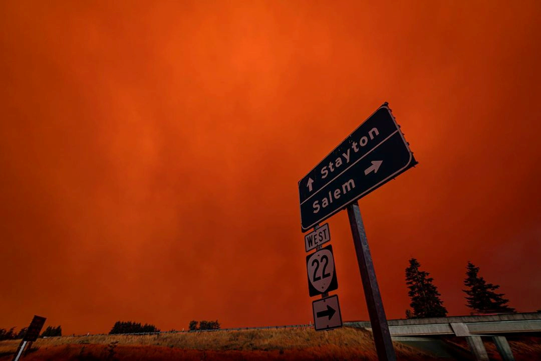 末日景象!美国西海岸到处是火,火山灰倾泻而下,天空被烧成橙色