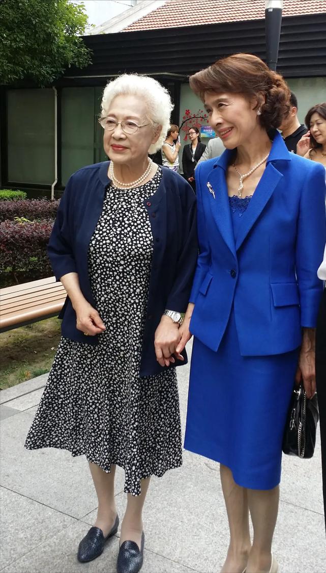 清流女神栗原小卷,年轻时素色穿搭好时髦,76岁老了也优雅端庄