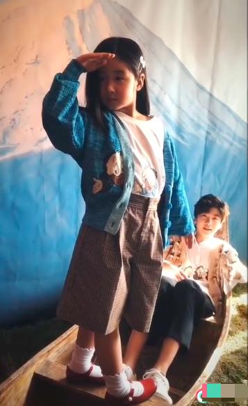 張亮二胎女兒長大了! 5歲盡顯超模範,和天天合體拍雜誌氣場十足