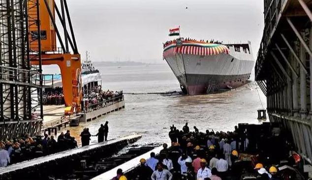 印度最新盾舰开工,排水量大火力弱,首舰还未完工就被吊车砸