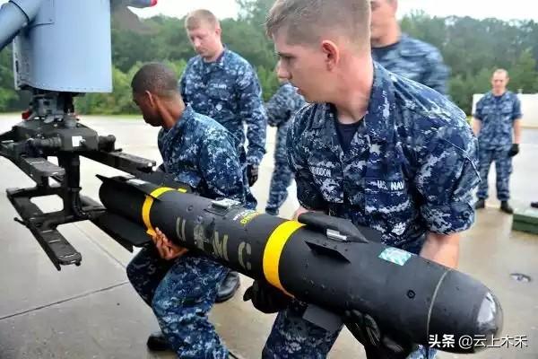 没有挂弹机,咱还不打仗了!舰载机人工挂弹