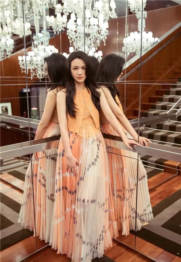 汤唯最新参加活动照片,穿橙色串珠马甲款礼服裙,即仙气又精致。