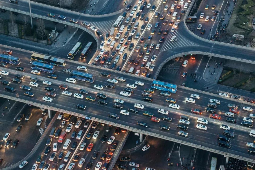 多维立体交通覆盖,居住在城市脉搏上的体验