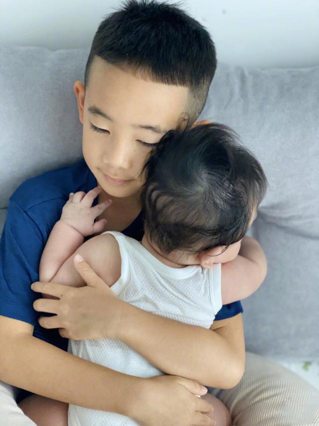 應采兒曬照感慨兒子長大,小小春睡姿花樣百出,小床快裝不下長腿