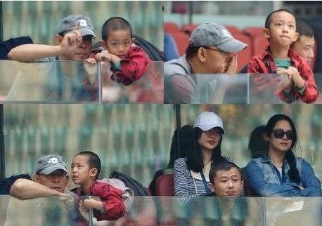 姜文携嫩妻周韵及两个儿子现身,55岁的他身形消瘦了不少