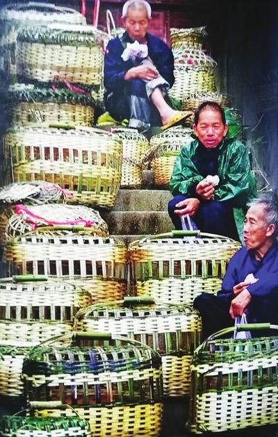 2O零一年之前 四川省就有着竹质输卤悬空栈道