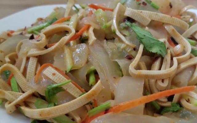 黄瓜拌凉皮做法  适合炎热天气的一道清淡爽口的快手小拌菜