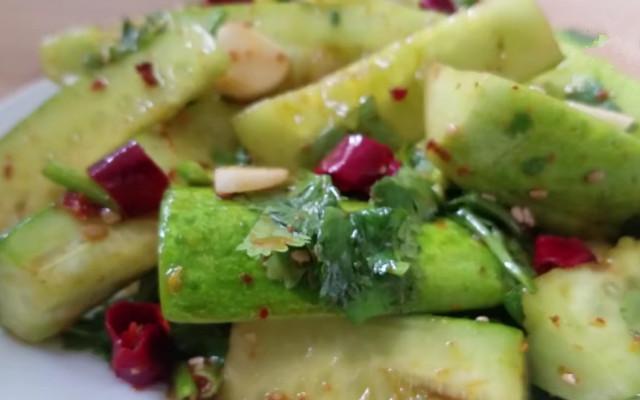 涼拌黃瓜做法步驟圖 夏天怎么做才最好吃?