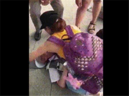 生死时刻女大学生跪地救人却因动作被质疑,真的好吗?