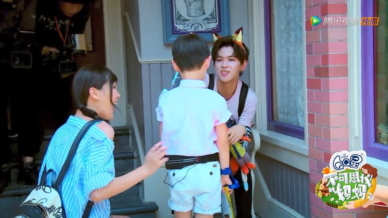 李希侃罗正现身《不可思议的妈妈2》带娃险崩溃 与小鱼儿同台尬舞