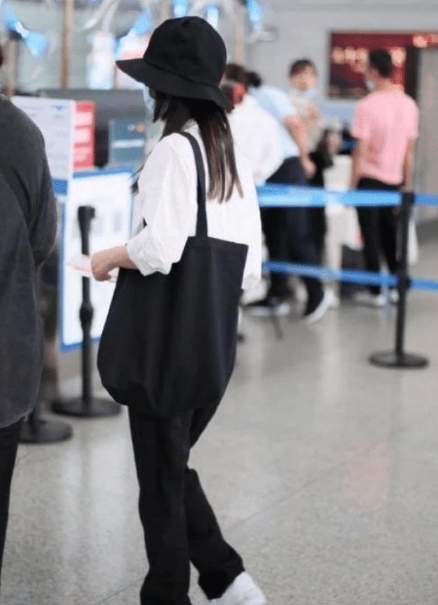 譚松韻機場現身瘦太多,別人穿不下的褲,她愣是穿出寬松感