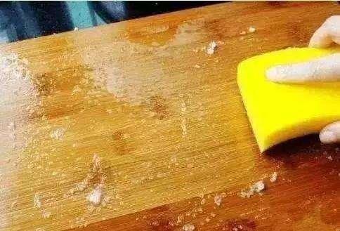 新砧板怎么处理才能使用(新菜板为什么用盐水泡)