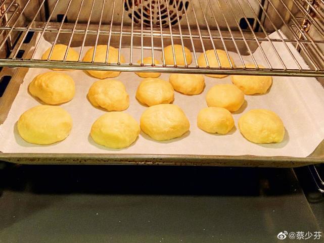 蔡少芬帶兒女做麵包個個顏值高,住宅逼仄5口人沒多少活動空間
