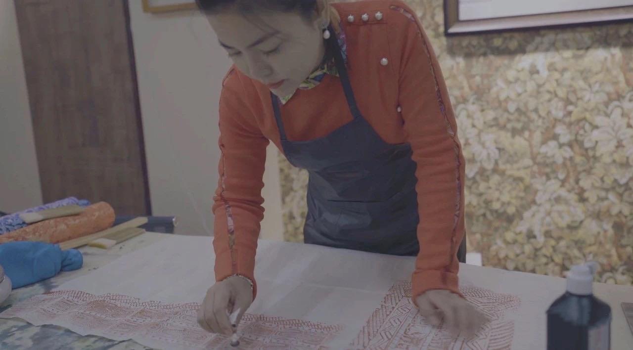 """厉害了!西安女娃创作的""""锦灰堆""""文创丝巾,成为入选十四运特许商品中唯一的非遗产品"""