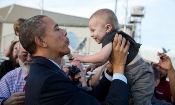 同是逗小孩,奥巴马卖萌哄得孩子笑哈哈,特朗普抱俩娃画风大不同