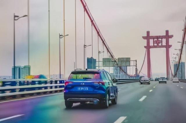 我们开着GS4听着歌 冲上了8D立体城市的30条桥……