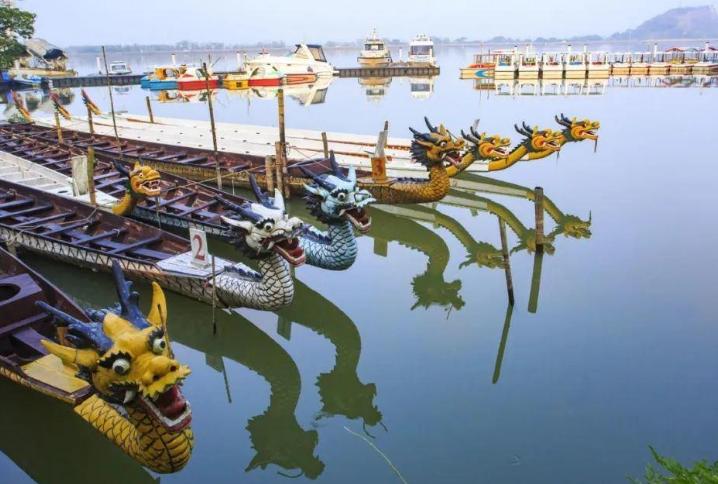 湖南一县级市,由岳阳代管,花岗岩储量5000亿方,107国道过境