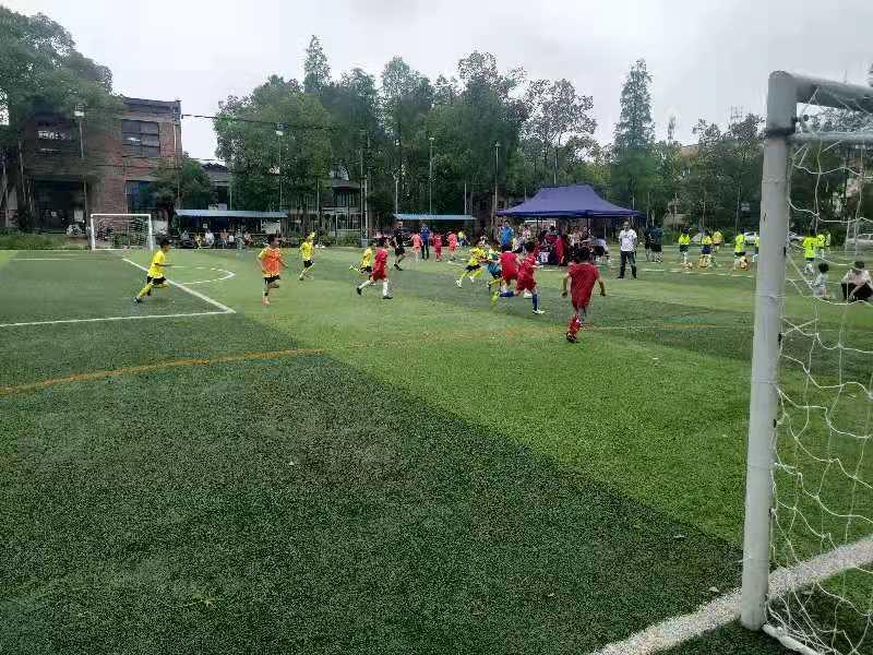 放飞梦想——小江湖街道办事处江湖社区举办未成年人足球友谊赛