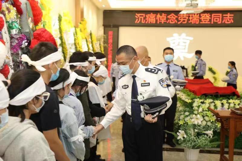 三亚市公安局举行劳瑞登同志集体悼念仪式