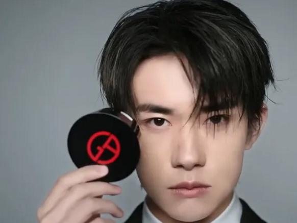 易烊千玺代言新彩妆产品,看到他手法,粉丝:这是专业的