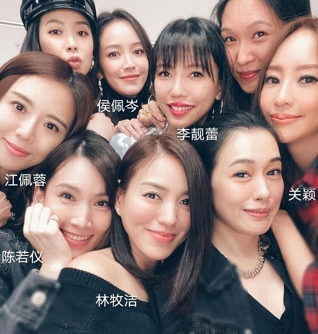 王力宏嬌妻帶娃看向日葵,李靚蕾和三個兒女穿同款,手牽手超有愛