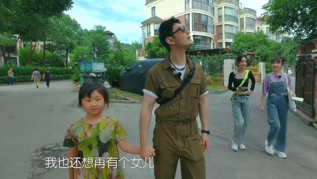 黄晓明与倪大红握手谦卑有礼受好评,倪老师大众抽烟引争议