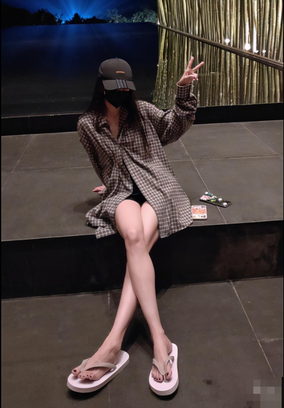 """看完杨幂的腿,才知道什么叫""""腿精"""",带货女王太飒了"""