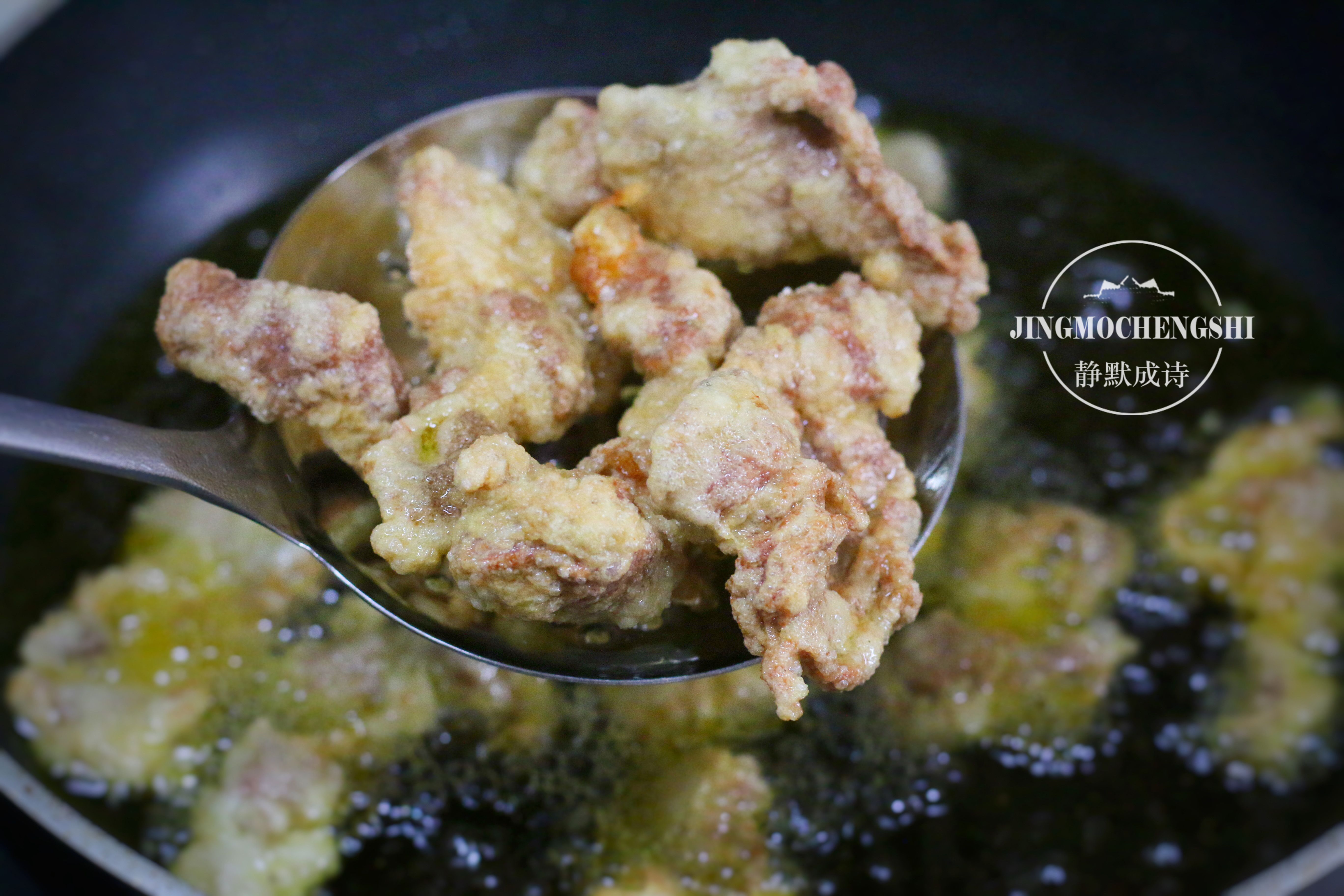 給豬肉換個做法,既香又酥,拿著吃煮湯吃都香,做一次吃好久