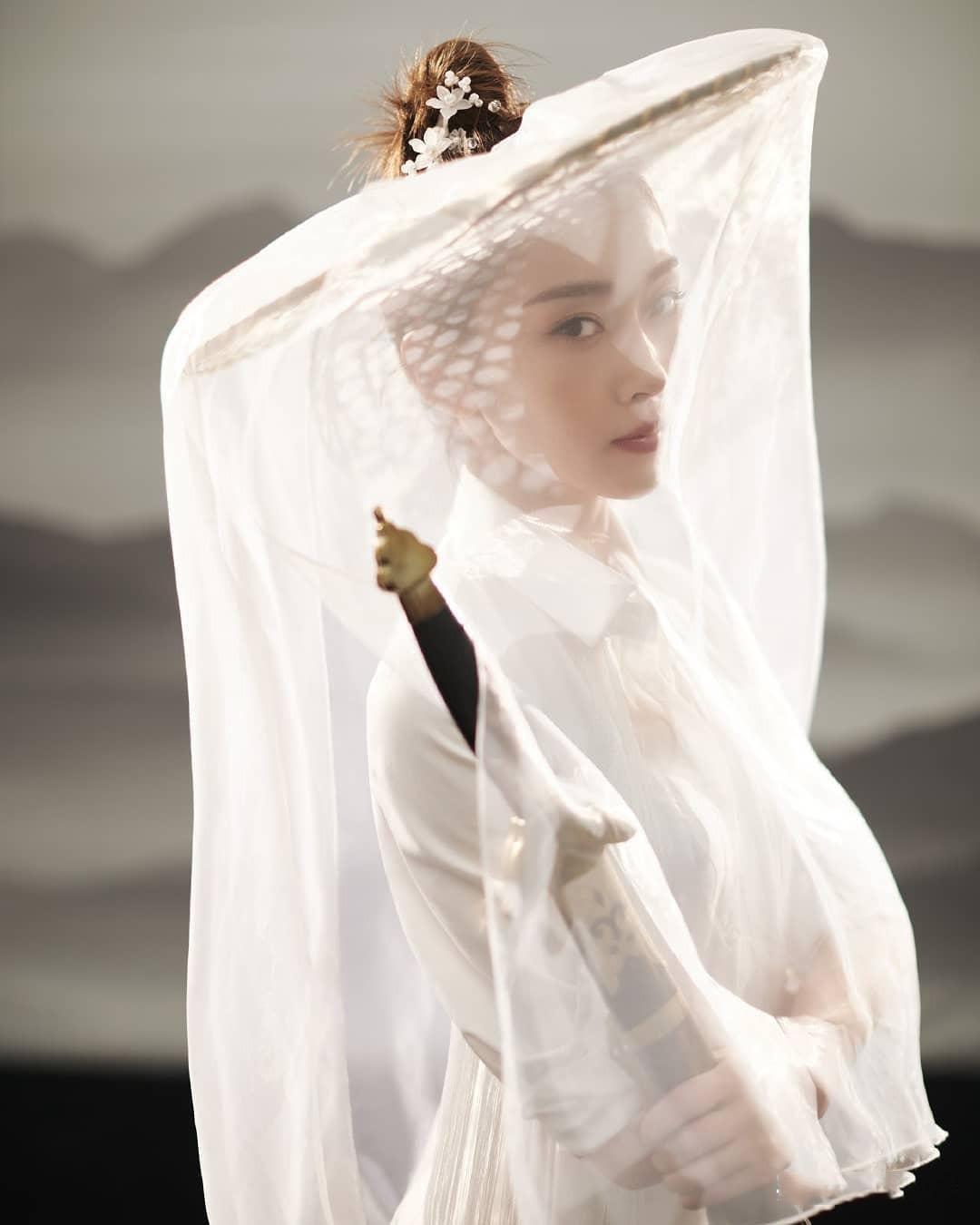 宣璐古风女侠装让人忘不了,斗笠薄纱仙气环绕,是仙女本尊没错了