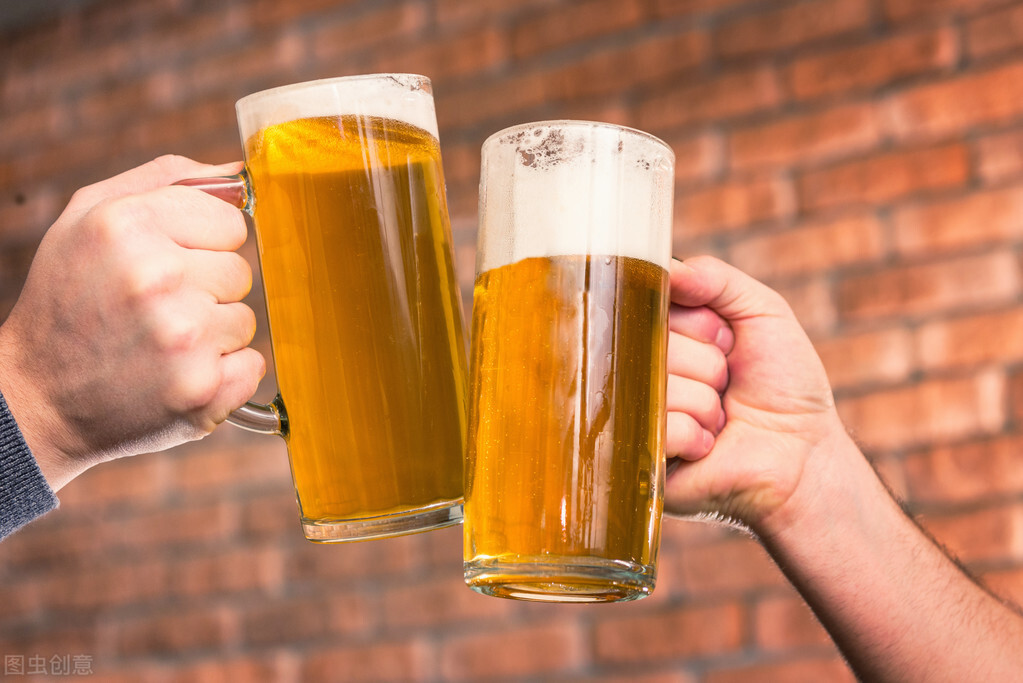 """农村夫妻卖烧烤,利用""""100瓶啤酒"""",一晚上收8000,同行学不来"""