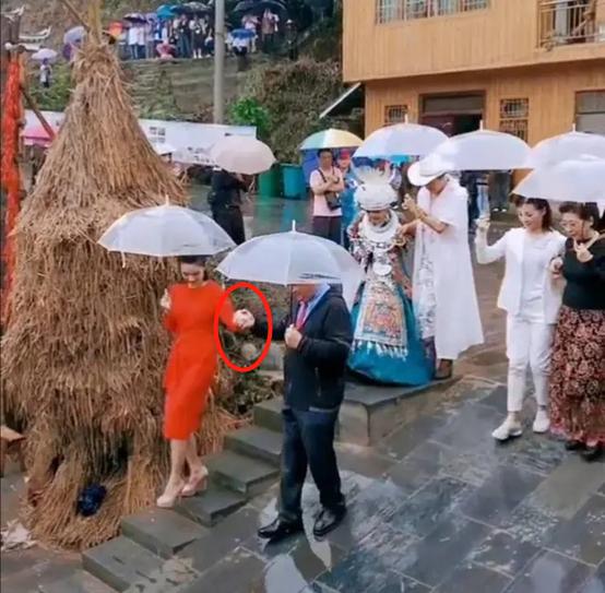 69岁相声艺术家姜昆罕露面,冒雨演出太敬业,还当绅士搀扶女士