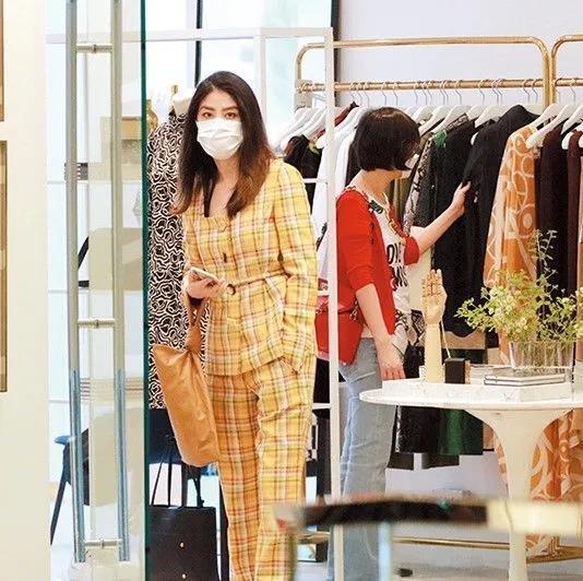 48岁陈慧琳罕见现身!身穿黄格子套装买咖啡,不被婆婆官司所扰