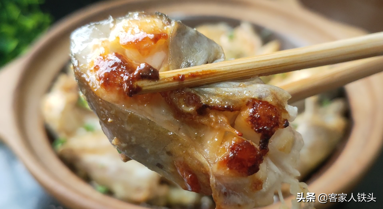 做生焗魚煲,廣東人真有一套,一醃一焗就開吃,簡單好吃營養豐富