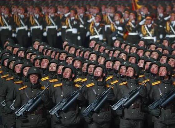 没有一人戴口罩!朝鲜再次凌晨阅兵,这个细节不容小觑 原创国防时报排头兵2021-01-17 20:57:27 本报特约撰稿人:平东采编  1月14日晚,朝鲜在平壤金日成广场举行了纪念朝鲜劳动党第八次代