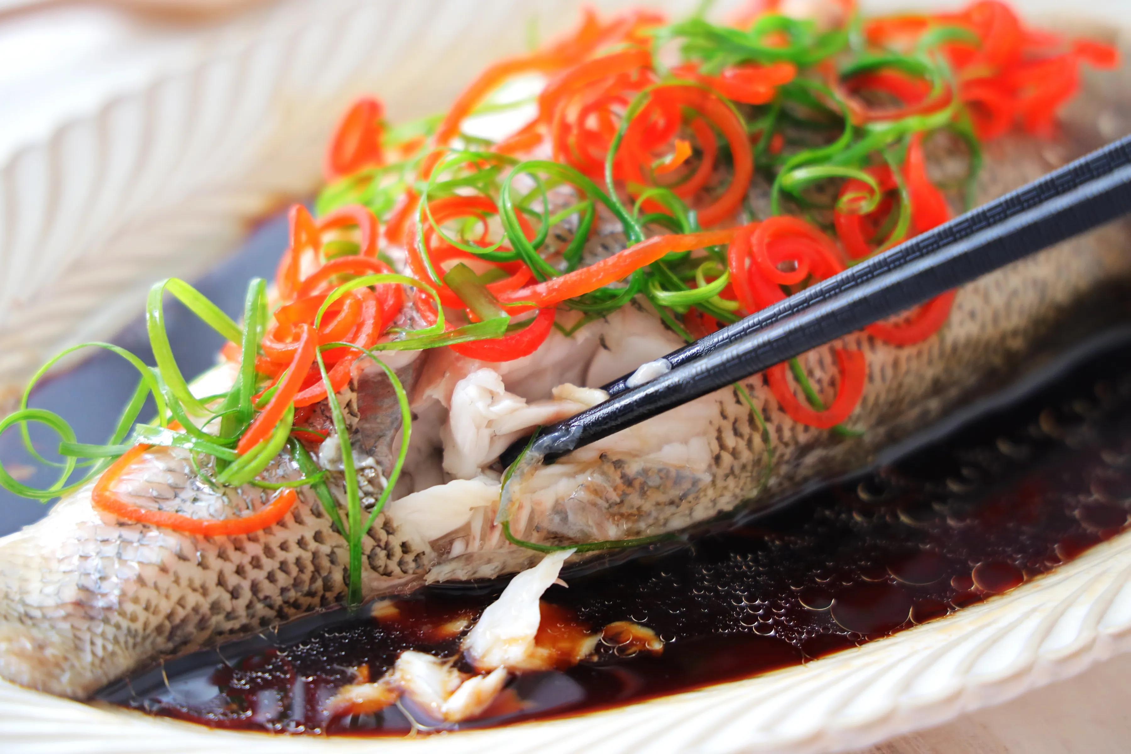 孩子最爱吃的清蒸鲈鱼,简单蒸一蒸,肉质鲜嫩,清淡不油腻 美食做法 第2张